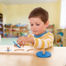 Le matériel sensoriel Montessori a des caractéristiques bien spécifiques