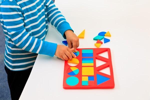 Jeux éducatifs en ligne et à imprimer pour apprendre les formes géométriques.