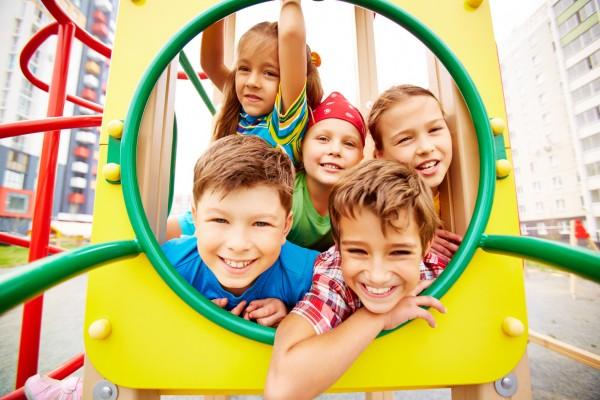 Les enfants heureux jouent ensemble
