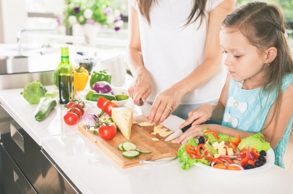 Une mère fait la cuisine avec sa fille.