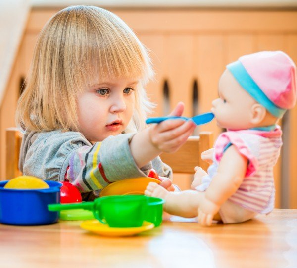 L'enfant intègre des comportements sociaux par imitation